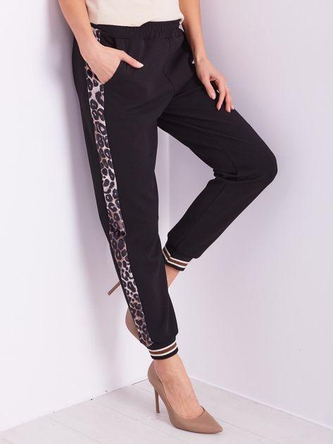 Czarne spodnie dresowe z lampasami                              zdj.                              2