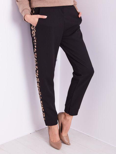 SCANDEZZA Czarne spodnie z panterkowym lampasem                              zdj.                              2