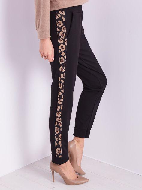 SCANDEZZA Czarne spodnie z panterkowym lampasem                              zdj.                              9