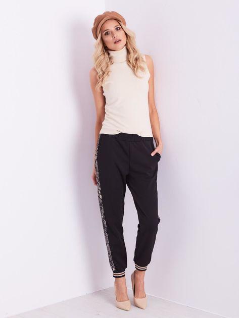 Czarne spodnie z wężowym lampasem                              zdj.                              12