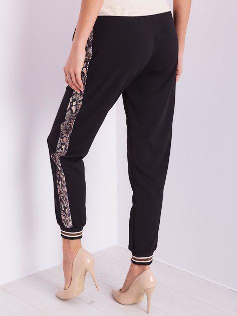 SCANDEZZA Czarne spodnie z wężowym lampasem                              zdj.                              4