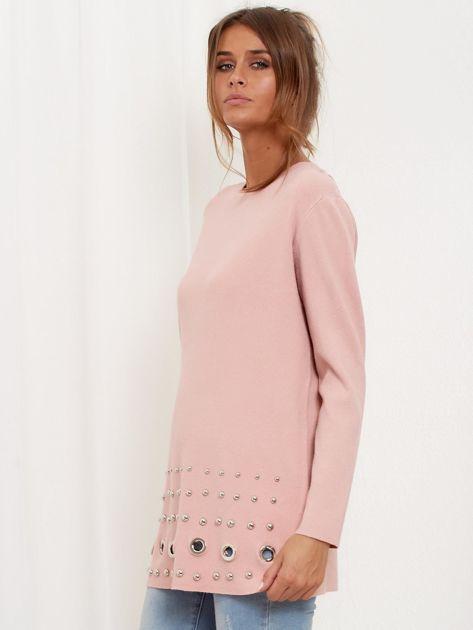 Jasnoróżowy luźny sweter z ozdobnymi ćwiekami                              zdj.                              5