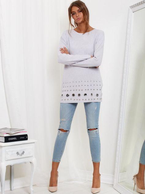 Jasnoszary luźny sweter z ozdobnymi ćwiekami                              zdj.                              1