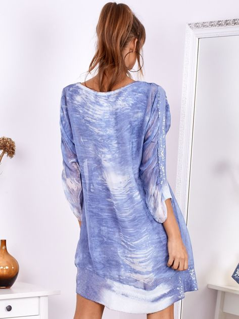 Niebieska sukienka oversize z cekinami w malarski deseń                              zdj.                              3