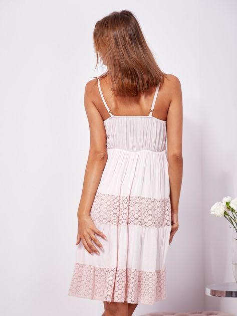 Różowa sukienka na ramiączkach z koronką                              zdj.                              2