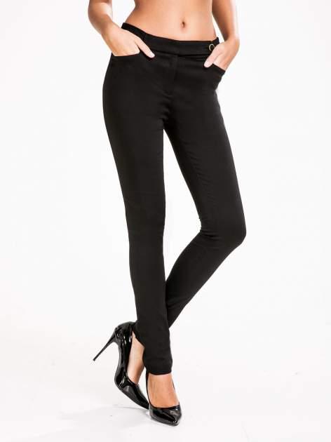 STRADIVARIUS Czarne spodnie rurki z ozdobny pasem