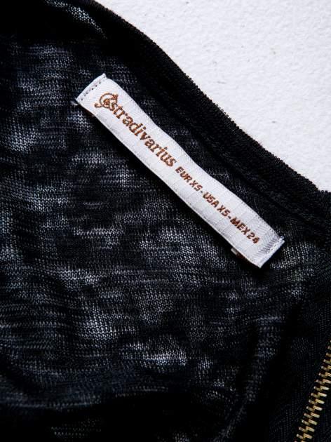 STRADIVARIUS Czarny półtransparentny t-shirt z podwijanymi rękawkami                                  zdj.                                  3