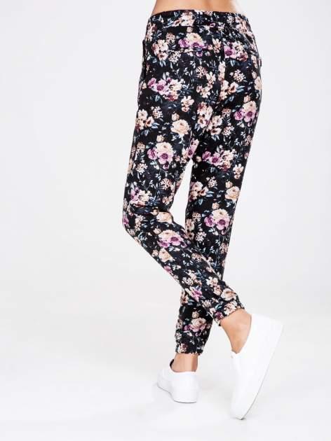 STRADIVARIUS Kwiatowe spodnie z lejącej tkaniny                                  zdj.                                  2