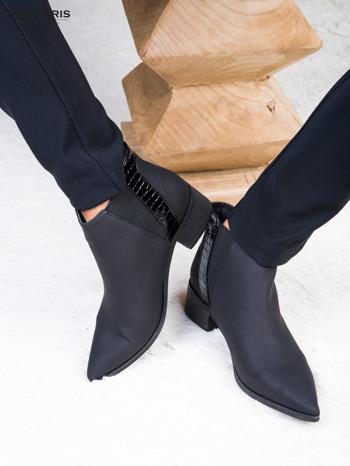 Skórzane czarne botki w szpic z lakierowaną wstawką z tłoczeniem                              zdj.                              3