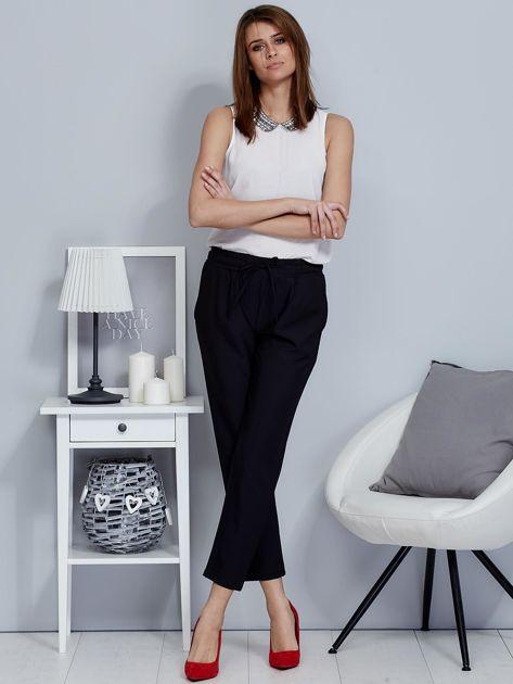 Spodnie czarne lejące z paskiem                              zdj.                              4