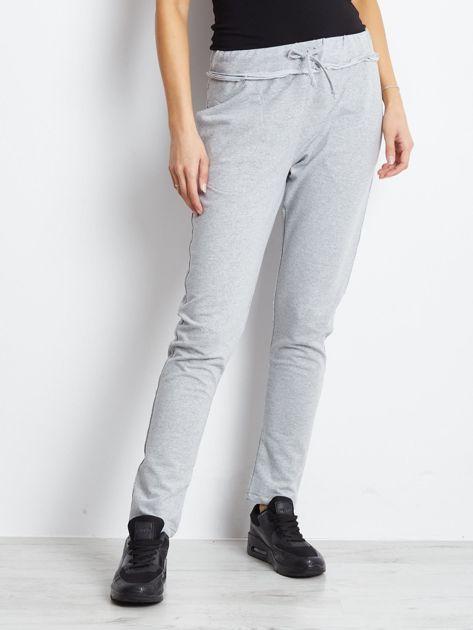 Spodnie dresowe jasnoszare z surowym wykończeniem                              zdj.                              1