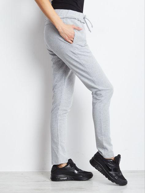 Spodnie dresowe jasnoszare z surowym wykończeniem                              zdj.                              3