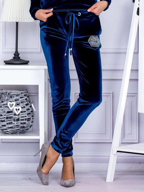 Spodnie dresowe welurowe z błyszczącymi kamyczkami ciemnoturkusowe                                  zdj.                                  1