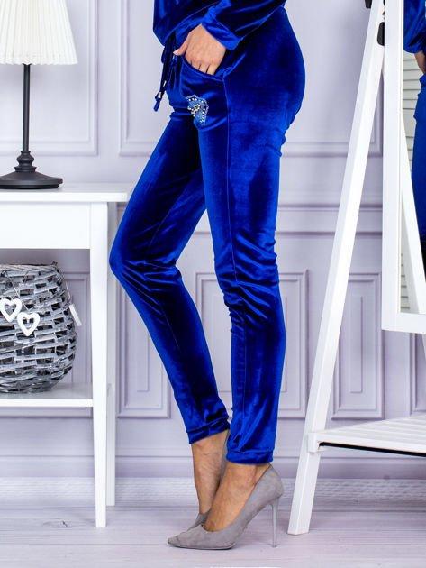 Spodnie dresowe welurowe z błyszczącymi kamyczkami niebieskie                              zdj.                              3