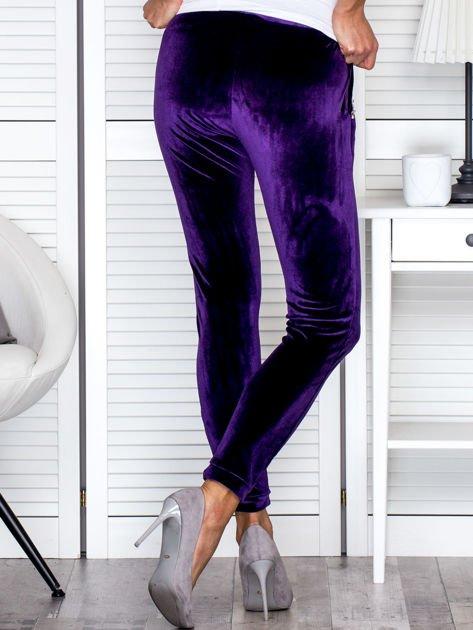 Spodnie dresowe welurowe z diamencikami przy kieszeniach fioletowe                                  zdj.                                  2
