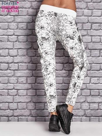 Spodnie dresowe z brokatową aplikacją i nadrukiem ecru                                  zdj.                                  2
