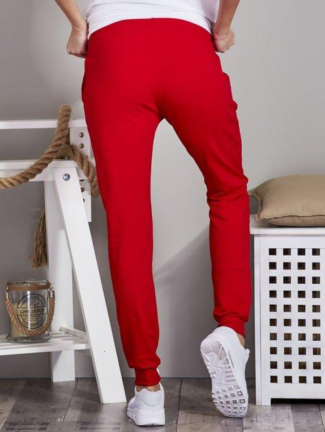Spodnie dresowe ze ściągaczami i troczkami czerwone                              zdj.                              2