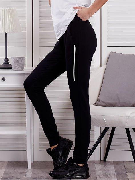 Spodnie dresowe ze wstawkami przy kieszeniach czarne                              zdj.                              3