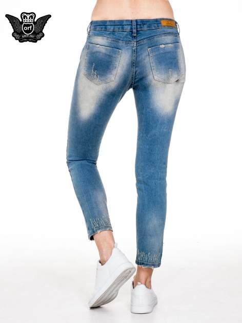 Spodnie jeansowe rurki z pionowymi przetarciami                                  zdj.                                  4
