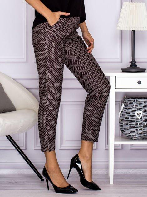 Spodnie materiałowe w drobny wzór brązowe                                  zdj.                                  3