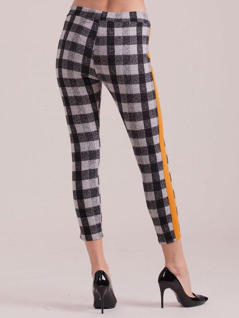 Spodnie w kratę z pomarańczowymi lampasami                              zdj.                              2