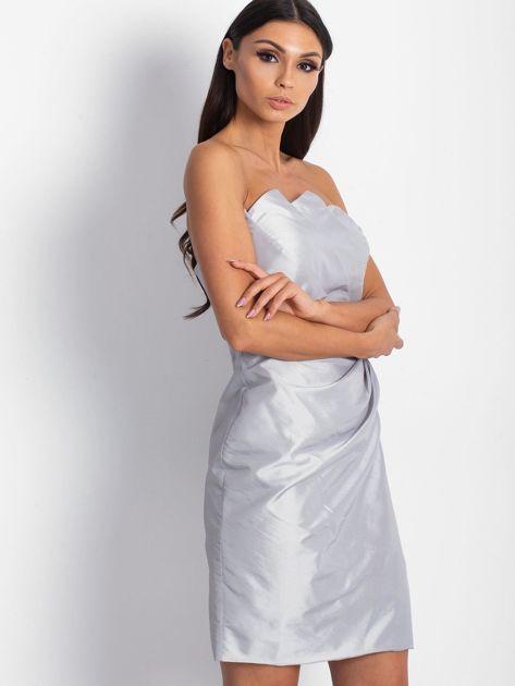 Srebrna sukienka koktajlowa z marszczeniami PLUS SIZE                              zdj.                              1