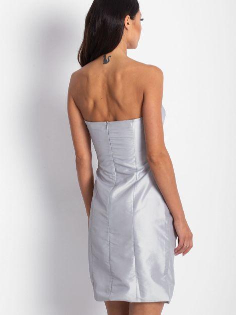 Srebrna sukienka koktajlowa z marszczeniami PLUS SIZE                              zdj.                              2