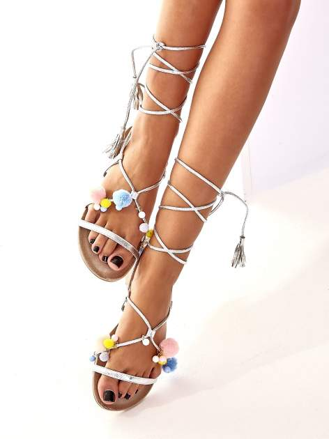 Srebrne sandały damskie gladiatorki z pomponami                                  zdj.                                  4