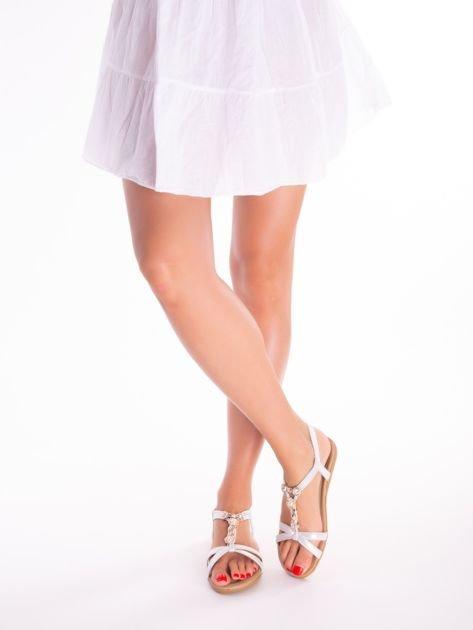 Srebrne sandały z ozdobną przypinką i perełkami na przodzie                              zdj.                              4