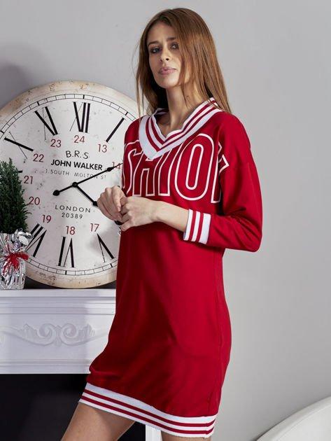 Sukienka V-neck z napisem czerwona                              zdj.                              3