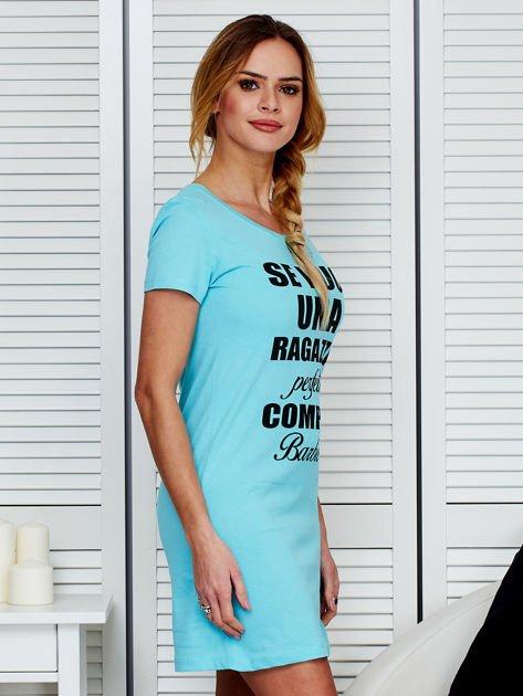 Sukienka bawełniana z napisami jasnoniebieska                                  zdj.                                  3