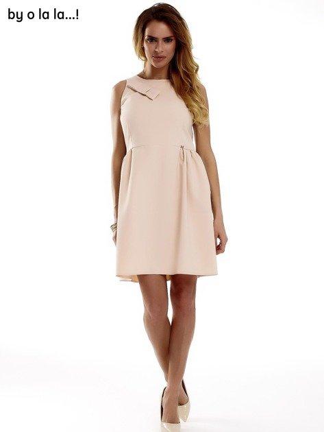 Sukienka brzoskwiniowa z kokardą BY O LA LA                              zdj.                              1
