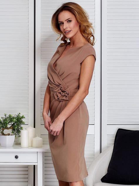 Sukienka ciemnobeżowa z drapowaniem i ozdobnym kwiatem                              zdj.                              5