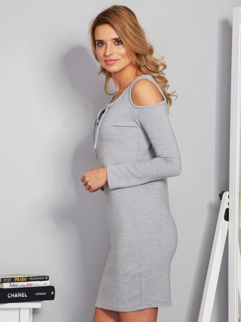 Sukienka cold shoulder w wypukłe paski jasnoszara                              zdj.                              3