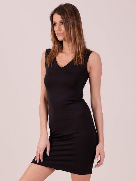 Sukienka czarna dopasowana z trójkątnym dekoltem                              zdj.                              2