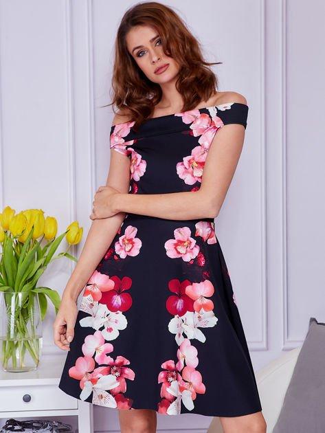Sukienka czarna w duże kolorowe kwiaty                              zdj.                              1