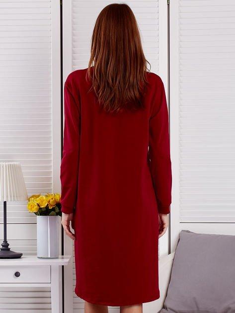 Sukienka damska dzienna z ozdobnymi literami bordowa                              zdj.                              2