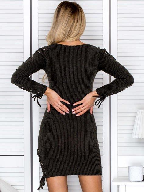 Sukienka damska w prążek ze sznurowaniami khaki                               zdj.                              2