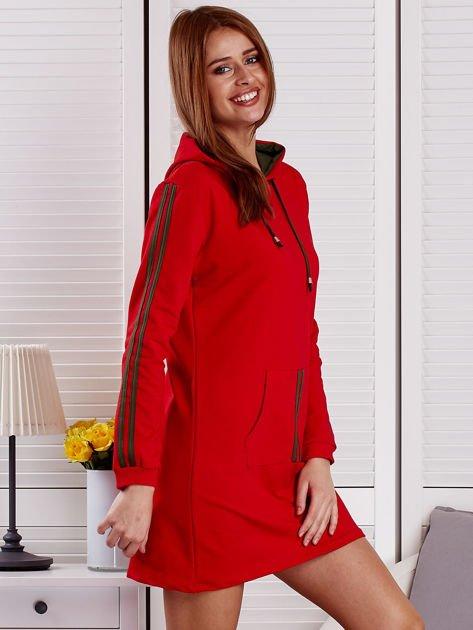 Sukienka damska z lampasami i kapturem czerwona                              zdj.                              5