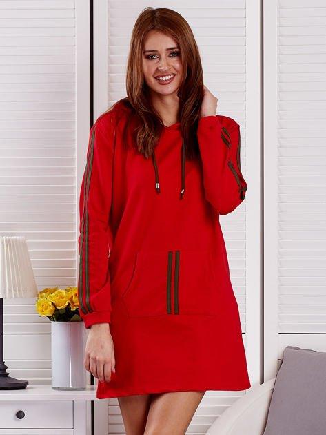 Sukienka damska z lampasami i kapturem czerwona                              zdj.                              6