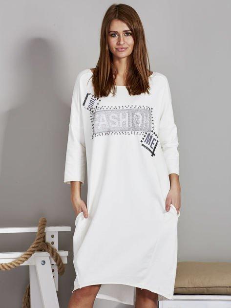 Sukienka damska z napisem z dżetów ecru                              zdj.                              1