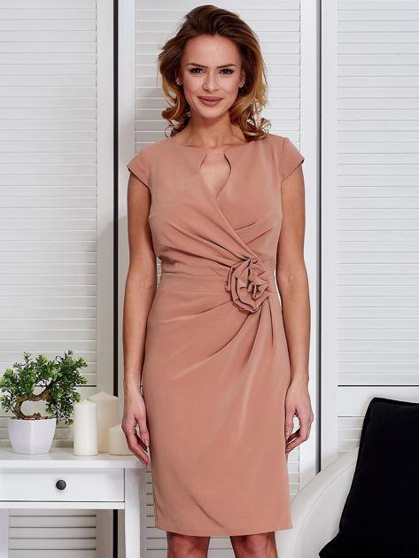 Sukienka jasnobrązowa z drapowaniem i ozdobnym kwiatem                              zdj.                              1