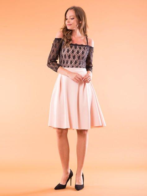 Sukienka jasnoróżowa z koronkową górą i cienkimi ramiączkami                              zdj.                              4