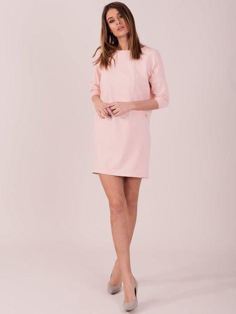 Sukienka jasnoróżowa z ozdobną lamówką                              zdj.                              4
