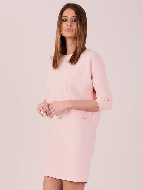 Sukienka jasnoróżowa z ozdobną lamówką                              zdj.                              2