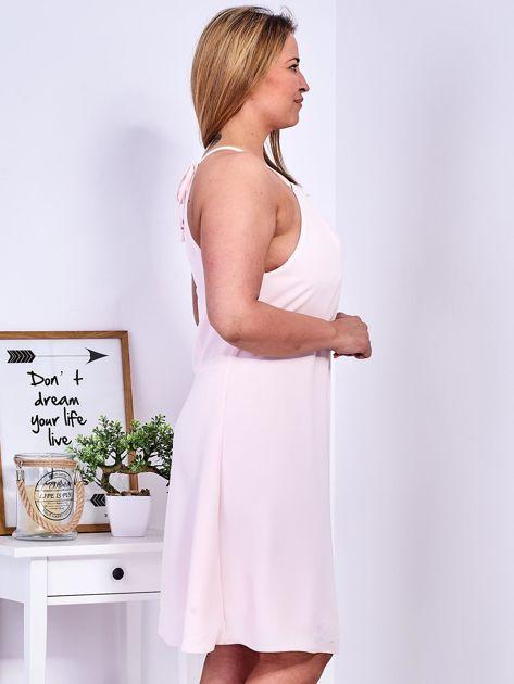 Sukienka jasnoróżowa z ozdobnym dekoltem PLUS SIZE                              zdj.                              5