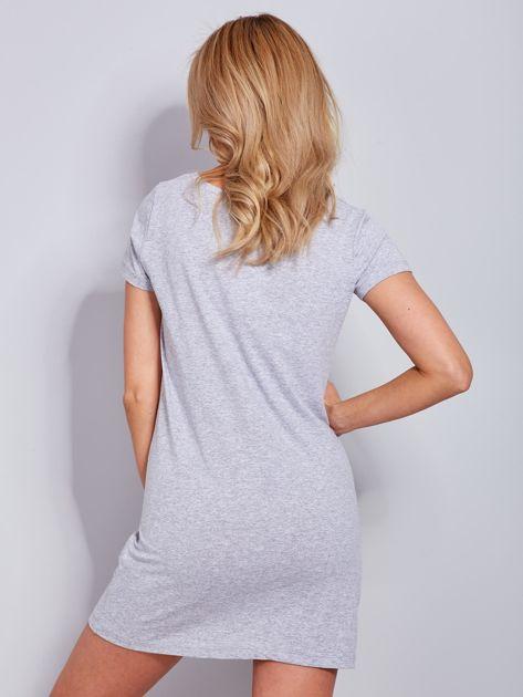 Sukienka jasnoszara bawełniana z nazwami miast                                  zdj.                                  3