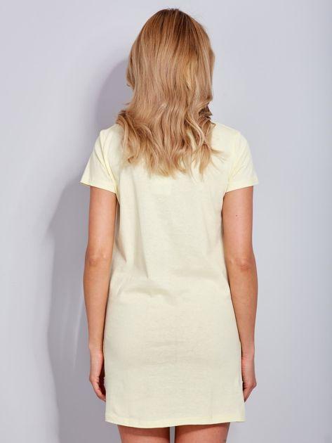 Sukienka jasnożółta bawełniana z nazwami miast                              zdj.                              3