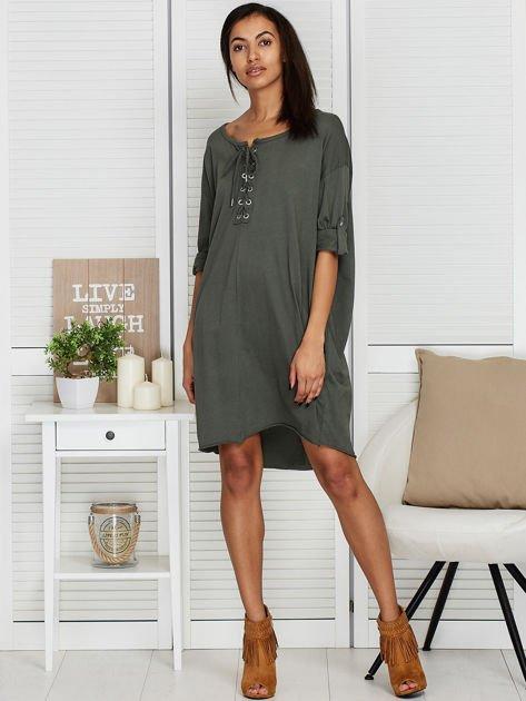 Sukienka khaki o kroju oversize ze sznurowaniem                              zdj.                              4