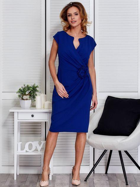 Sukienka kobaltowa z drapowaniem i ozdobnym kwiatem                                  zdj.                                  4